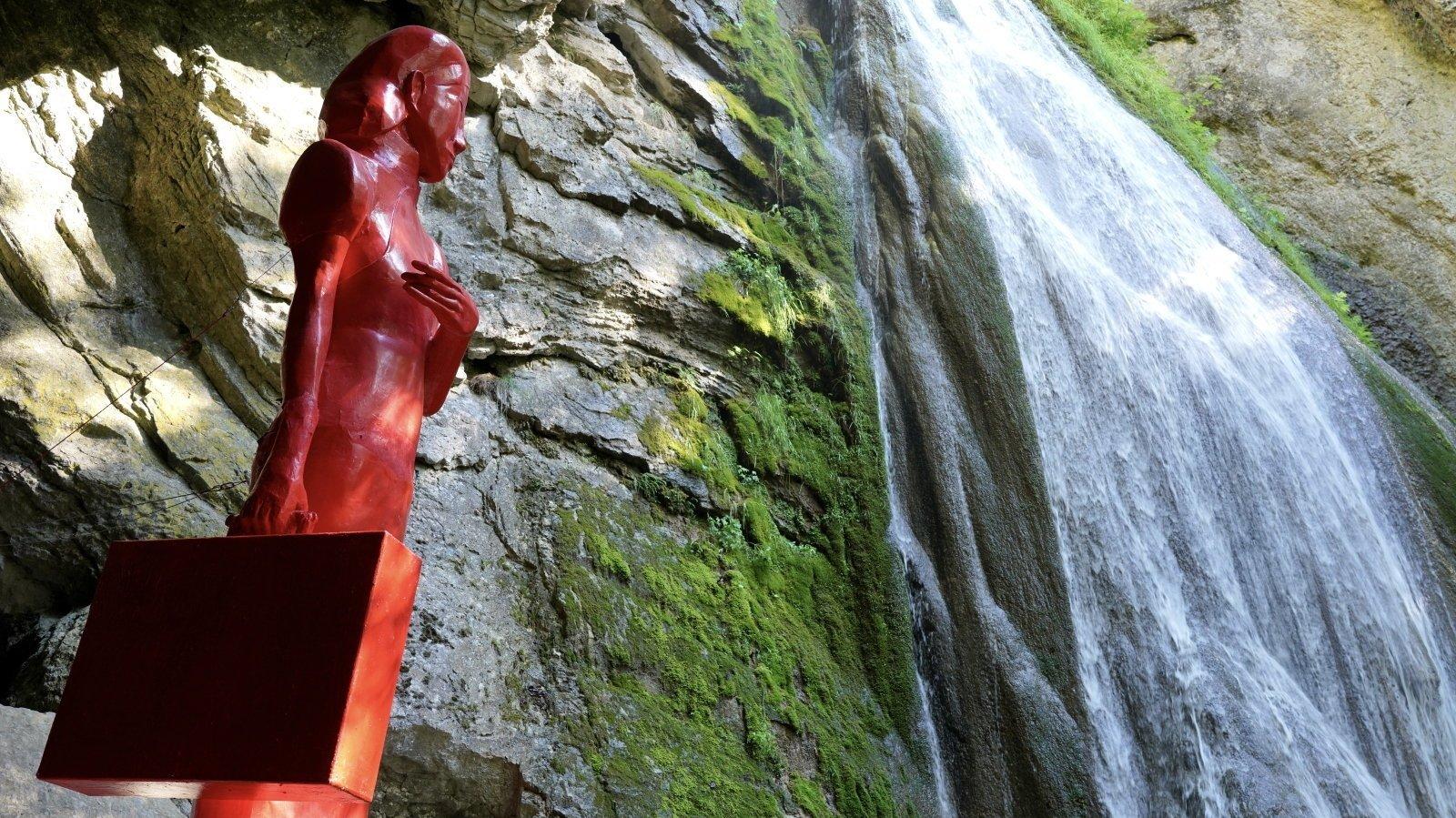 Le tumulte d'une cascade accompagne Linglan à longueur de journée.