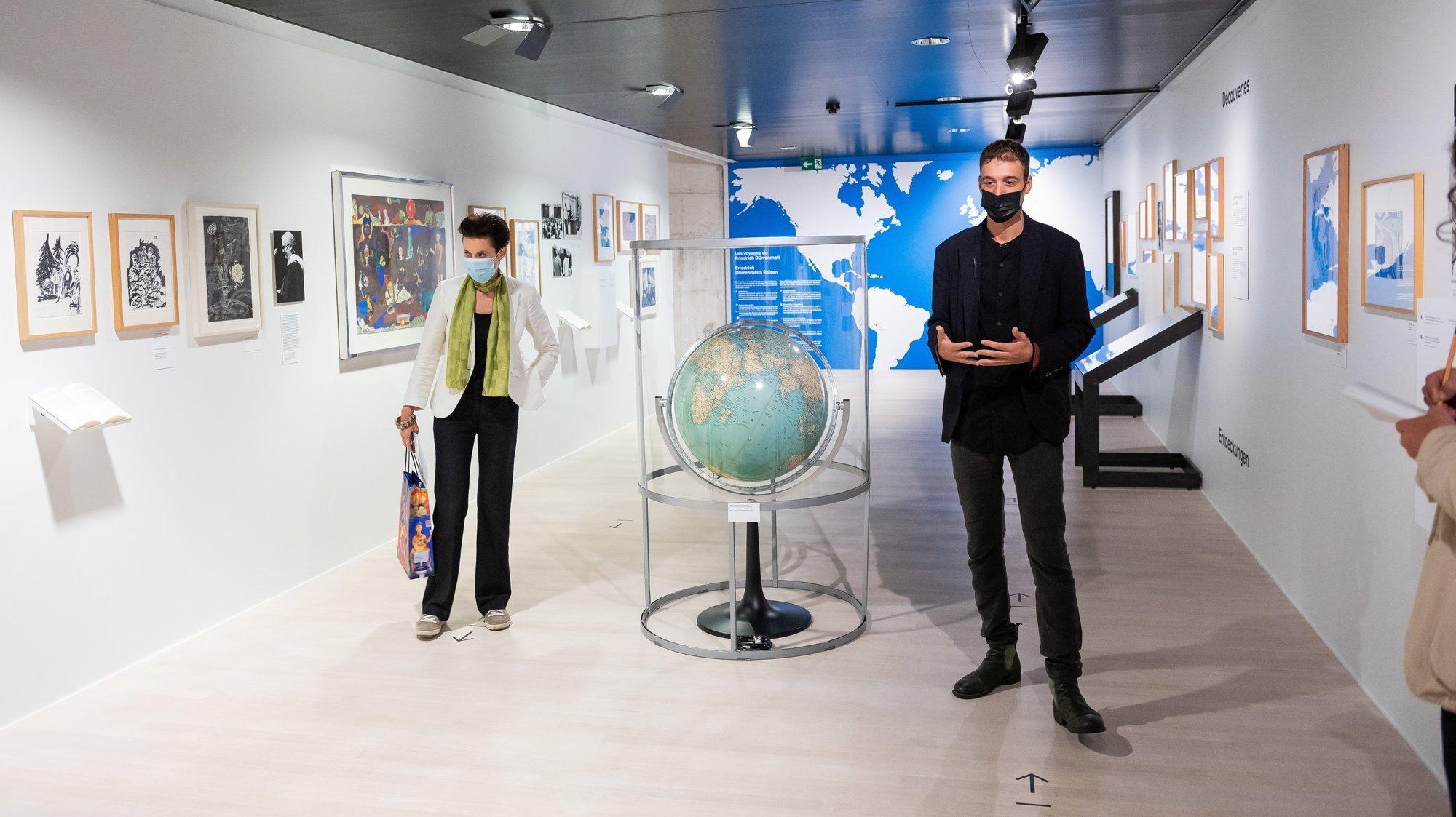 Madeleine Betschart (à gauche), directrice du CDN et Gabriel Grossert, commissaire de l'exposition, effectuent un petit voyage autour du globe.