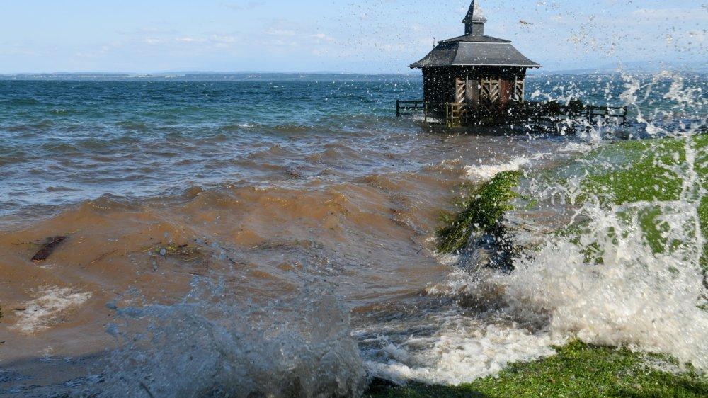 A Gorgier, le lac de Neuchâtel et ses vagues atteignent des hauteurs qui n'avaient pas été constatées depuis bien longtemps.