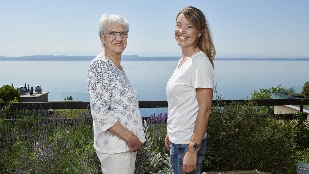 Katy Jolidon (à droite), l'instigatrice de la Traversée Marthe Robert, aux côtés de Denise Mathez, arrière-petite-nièce de la Neuchâteloise, première femme à avoir traversé le lac de Neuchâtel à la nage.