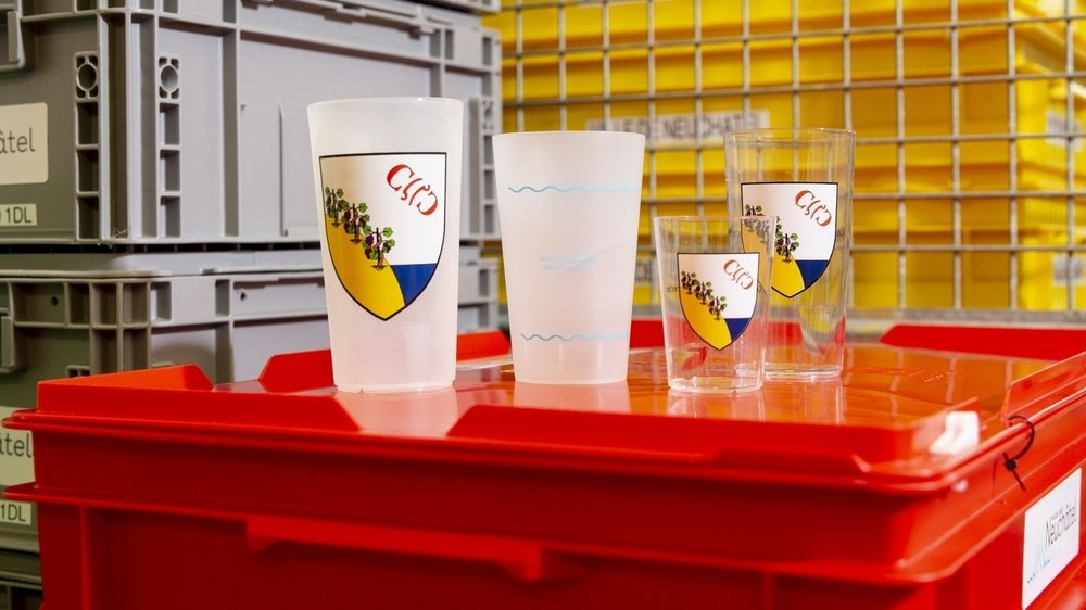 Parmi les prestations déjà proposées par la Ville de Neuchâtel: la fourniture de verres réutilisables aux organisateurs de petites manifestations (avec ici des verres arborant les armoiries de Corcelles).