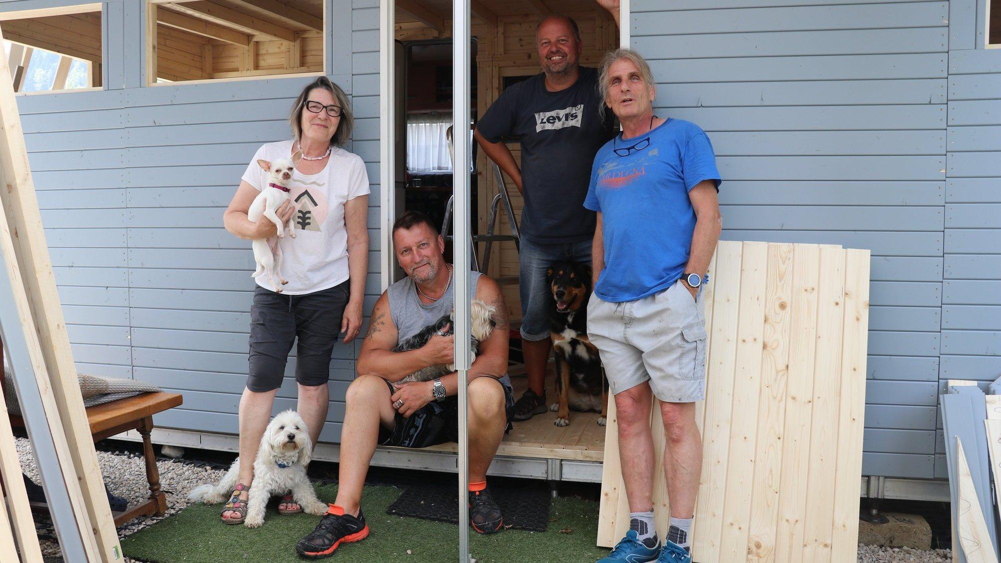 """Florence, """"Le Pat"""", Pascal et Christian sont voisins au camping des Brenets."""