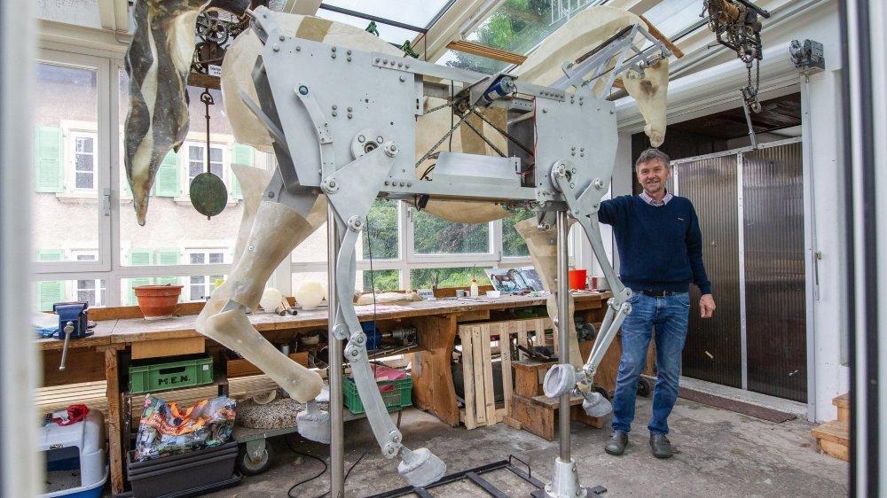 Francois Junod, créateur d'automates, et son cheval mécanique dans son atelier de Sainte-Croix.