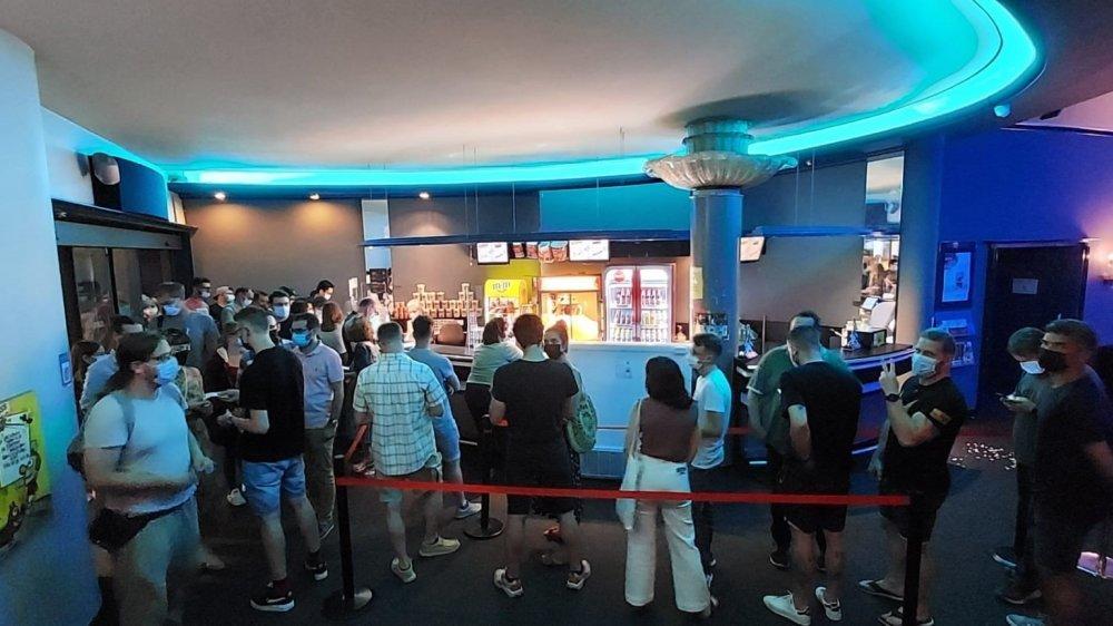 """Les Neuchâteloises et Neuchâtelois se sont pressés pour découvrir """"Kaamelott"""" au cinéma des Arcades, à Neuchâtel."""