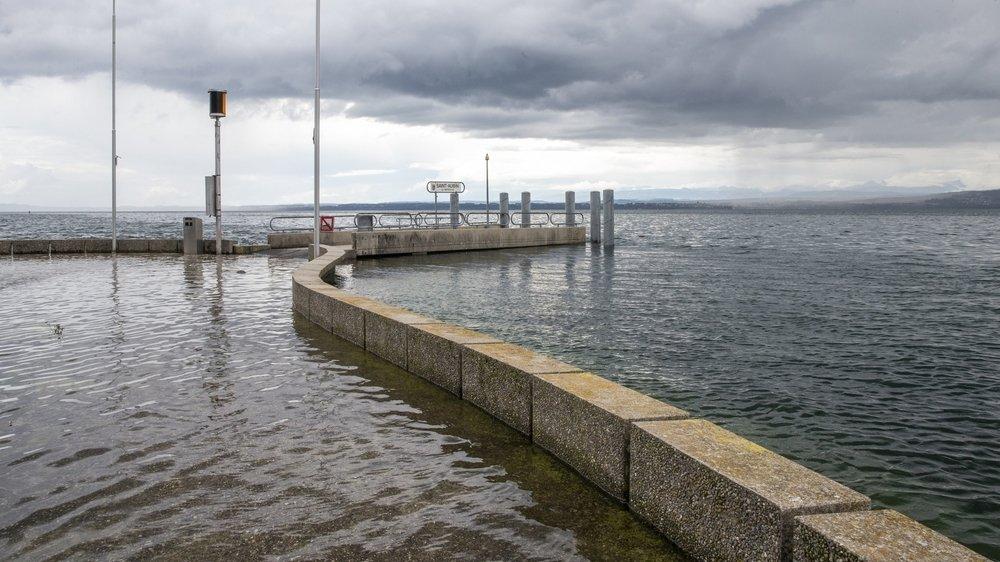Au port de Saint-Aubin-Sauges, le bout du môle est sous l'eau.