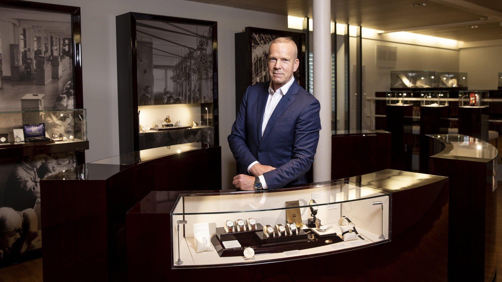 Matthias Breschan pose dans le musée interne de Longines, à Saint-Imier. Toute l'histoire de la marque y est racontée.