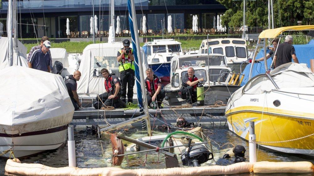 Les pompiers neuchâtelois sont intervenus pour sortir un voilier du lac au port de Saint-Aubin.