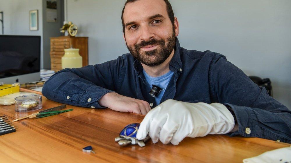Raúl Pagès, horloger restaurateur pose ici avec sa tortue automate qui lui a demandé deux ans de travail. Une belle illustration de sa persévérance.