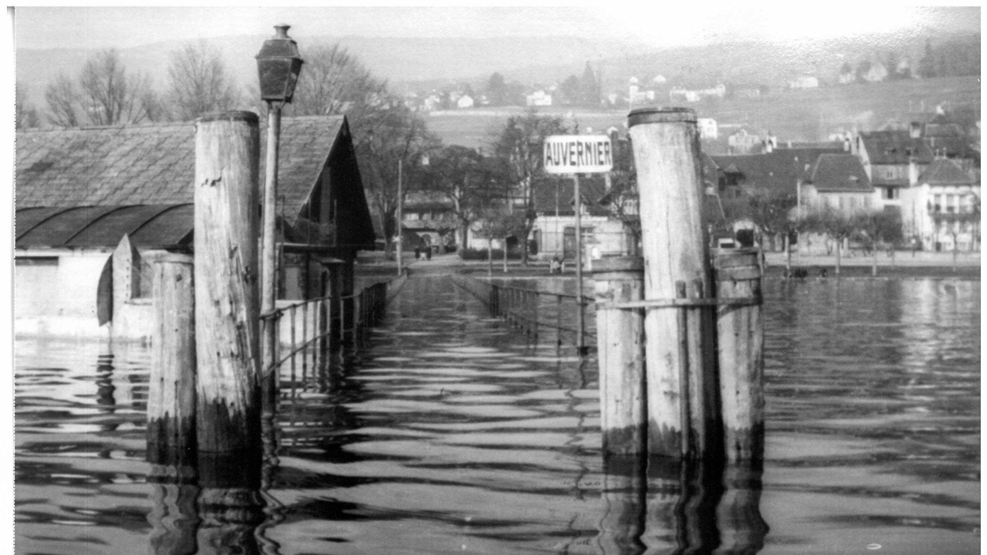 Une vue originale de la crue sur le débarcadère d'Auvernier en décembre 1944.