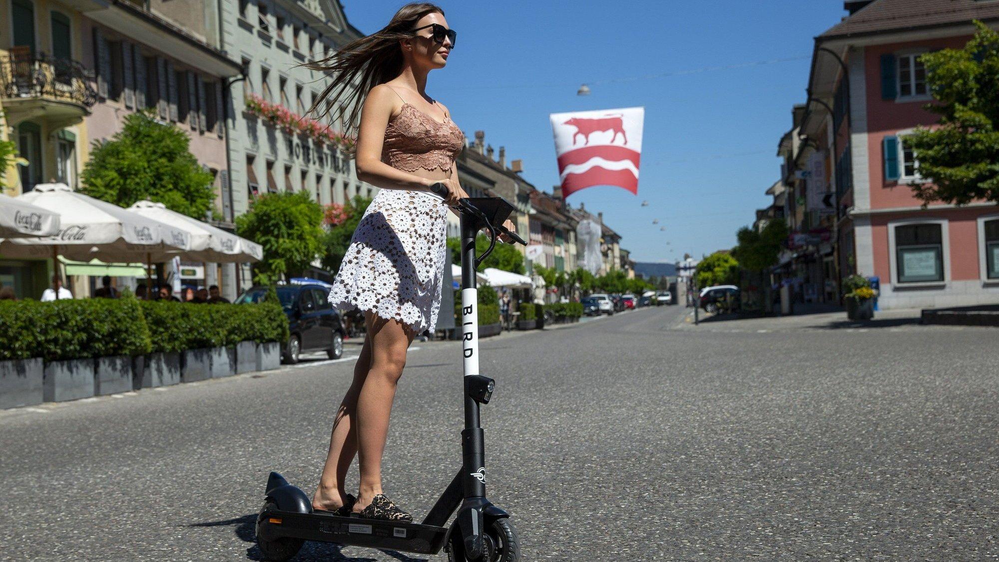 Les trottinettes électriques doivent circuler sur les routes ou les pistes cyclables. Leur utilisation dans les zones piétonnes est interdite.