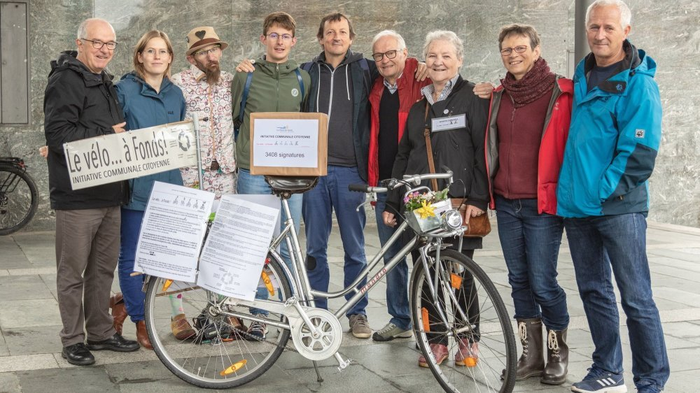 Les initiants qui roulent pour le vélo, sous le couvert de la place Espacité, à La Chaux-de-Fonds.