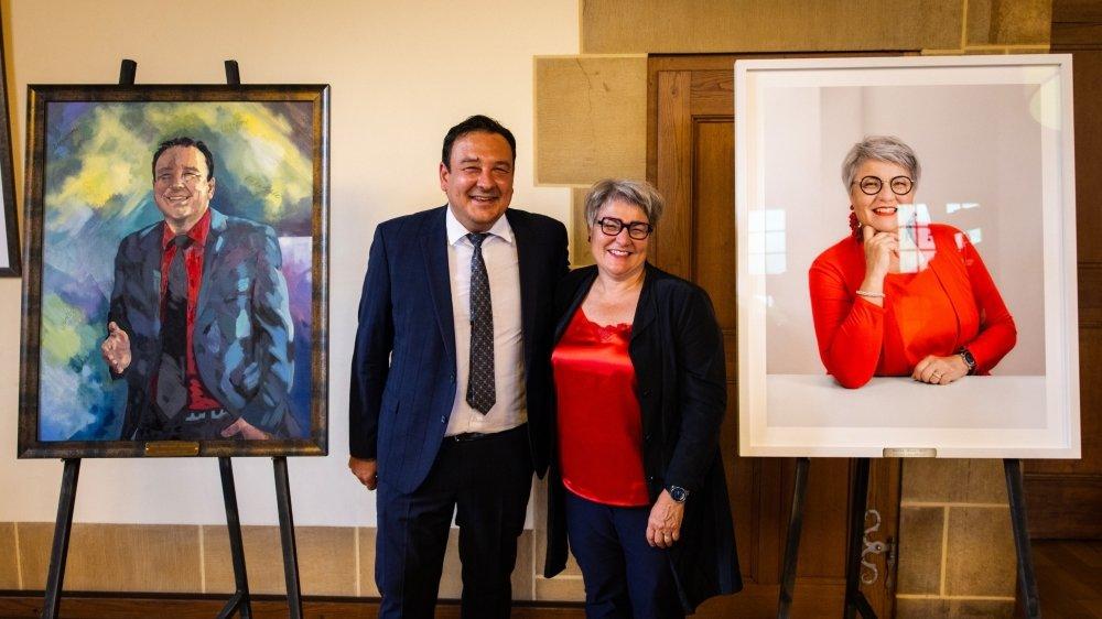 Les anciens conseillers d'Etat Jean-Nat Karakash et Monika Maire-Hefti avec leurs portraits.