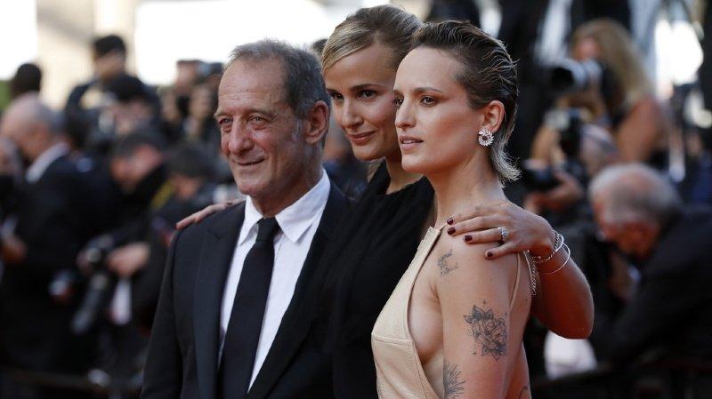 """Julia Ducournau (au centre) , récompensée pour """"Titane"""" devient la deuxième réalisatrice couronnée de l'histoire du festival."""