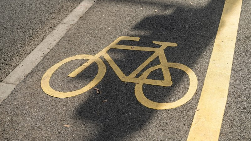 La femme se trouvait sur la piste cyclable lorsqu'un enfant l'a percutée.
