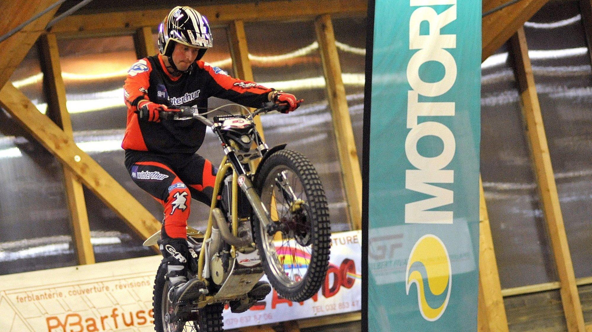 Laurent Dängeli au guidon de sa moto de trial en 2010, aux Ponts-de-Martel.