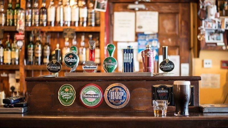 Coronavirus: en Irlande, les pubs et restaurants rouvrent en salles pour les vaccinés
