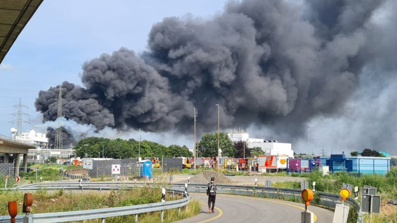 Un important nuage de fumée est sorti du site chimique.