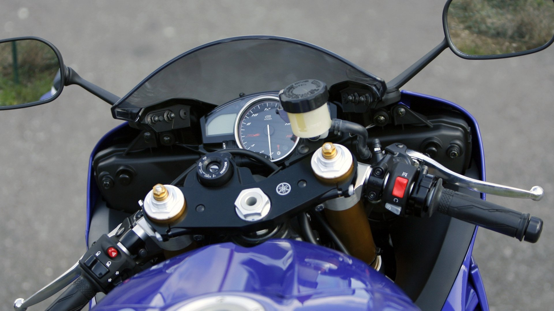 Après un choc contre une voiture, deux motards ont été propulsés sur le conducteur d'un autre deux-roues (image d'illustration).