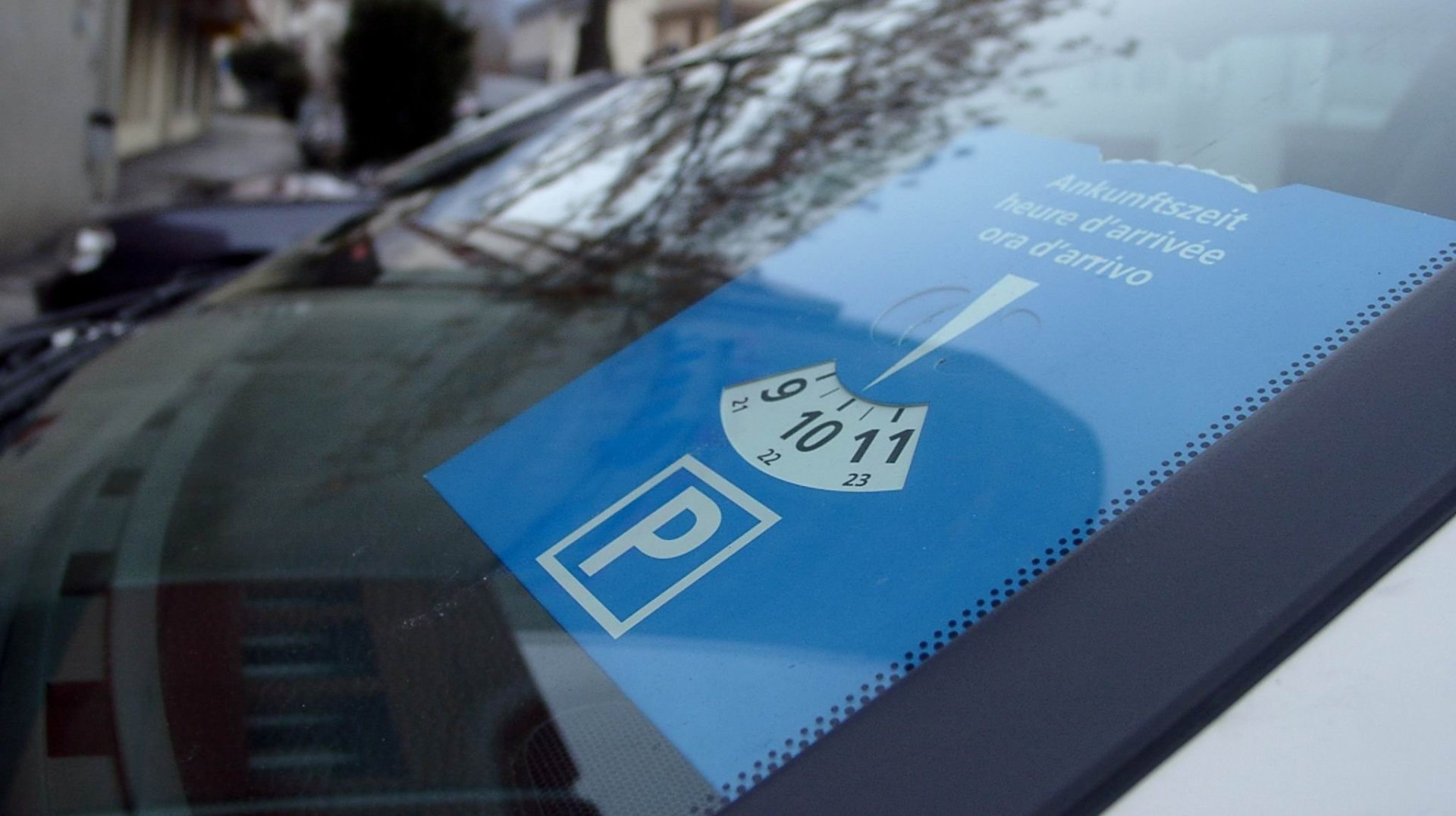 Les automobilistes pourront occuper les places bleues librement pendant quatre semaines.