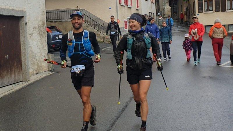 Adan Lozano et Audrey Virgilio (gauche à droite) à leur arrivée à un point de ravitaillement.