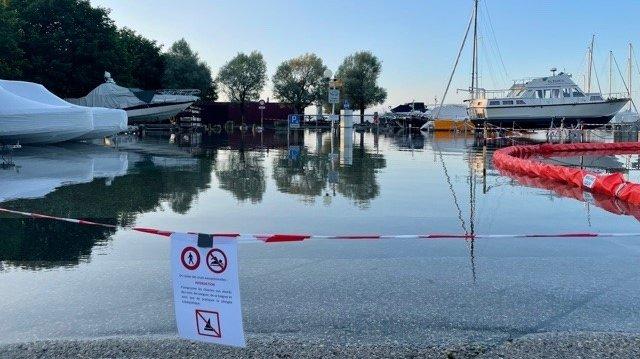 Le lac de Neuchâtel est toujours très haut, comme ici ce mardi matin 20 juillet au port d'Hauterive.