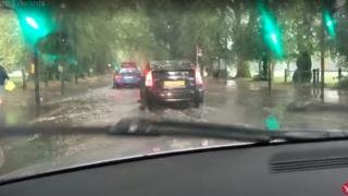 Grande-Bretagne: pluies torrentielles et chaussées inondées à Londres