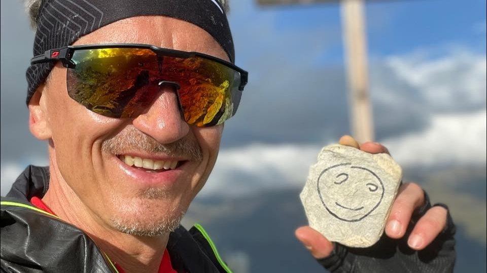 Yannick Chédel présente le logo de la fondation Un grand sourire.