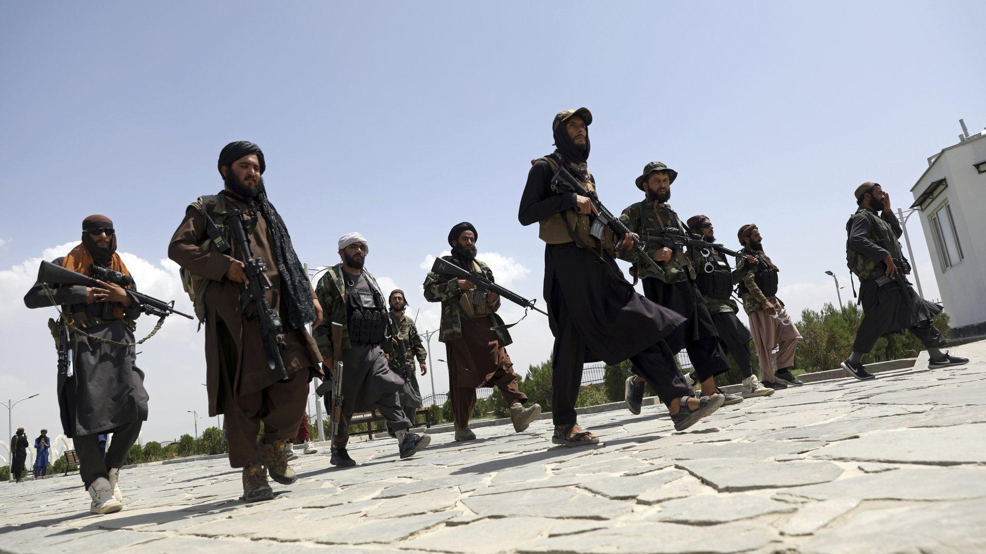 Nicolas Rousseau s'étonne des réactions des chancelleries occidentales. Ici, des combattants talibans patrouillant à Kaboul, le 19 août 2021.
