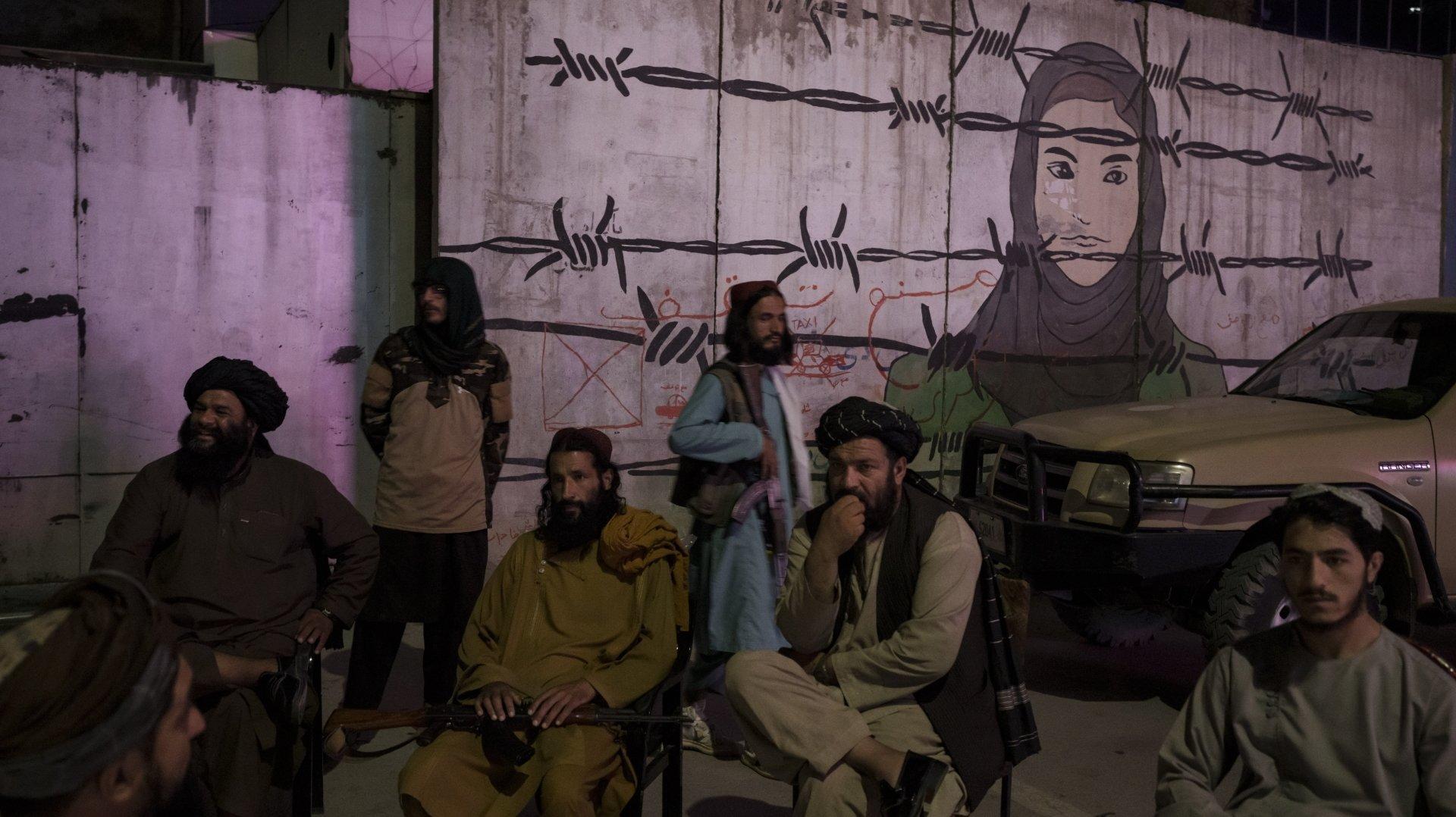 «Une femme afghane qui refuse (…) de voir un de ses enfants amputé d'une main s'il chaparde, obéit-elle vraiment à quelque précepte importé?», demande Nicolas Rousseau. Photo: des talibans à Kaboul le 21septembre 2021.