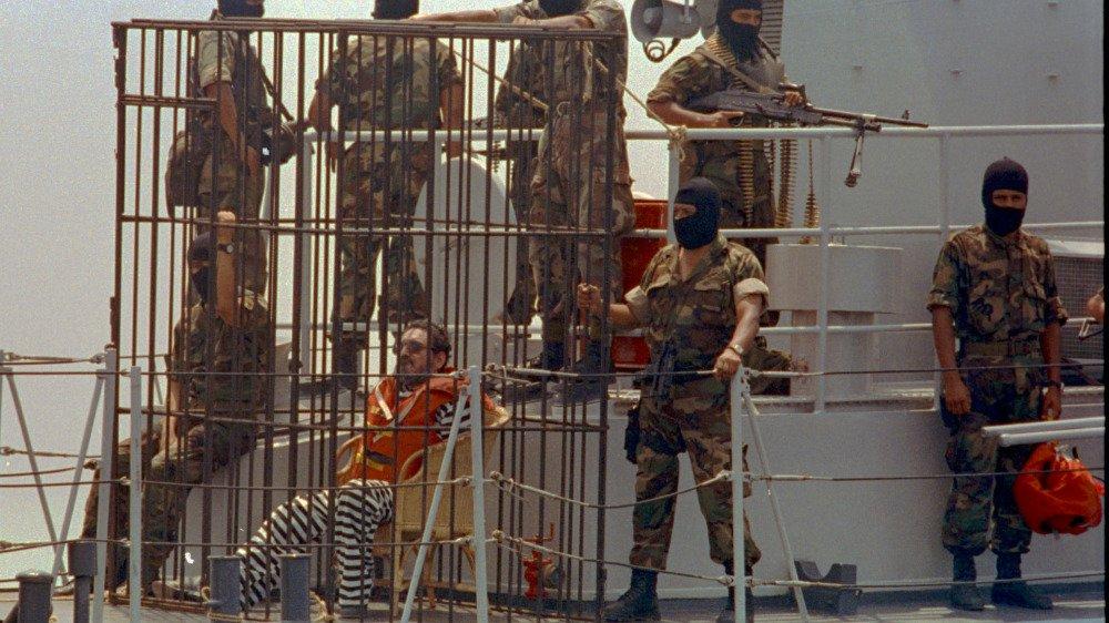 Abimael Guzman en 1993, en train d'être transféré vers une nouvelle prison de haute sécurité au Pérou.
