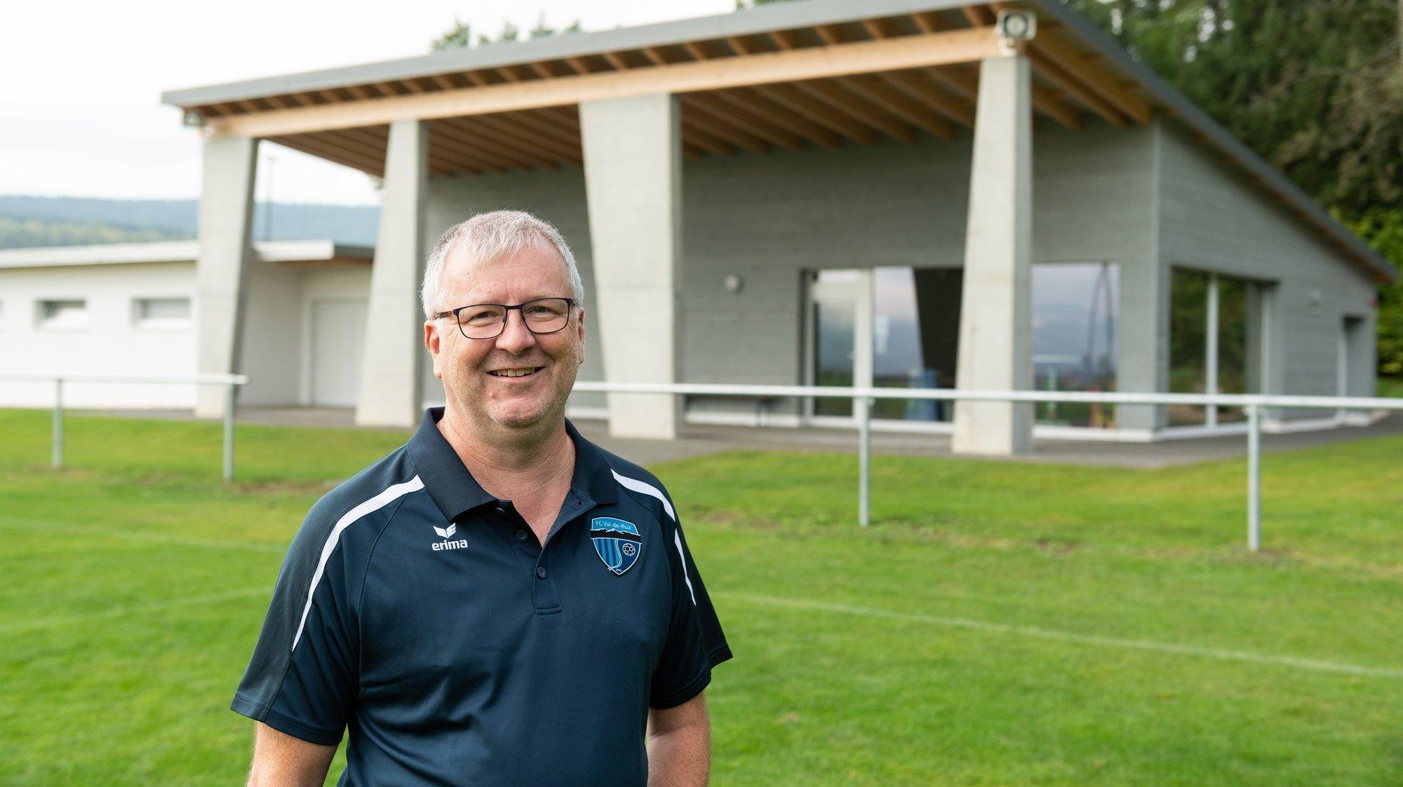 Le coprésident du FC Val-de-Ruz, Claude-Alain Chopard, se réjouit d'accueillir les familles au terrain de Sous-le-Mont, doté de nouvelles installations.