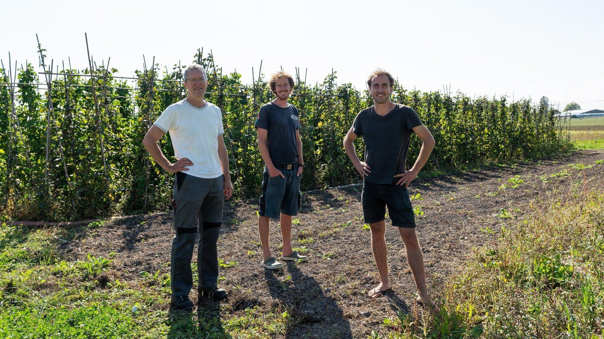 Raphaël Coquoz, président de l'association Rage de vert, avec les jardiniers Cédric Jecker et Sacha Dubois (de gauche à droite).