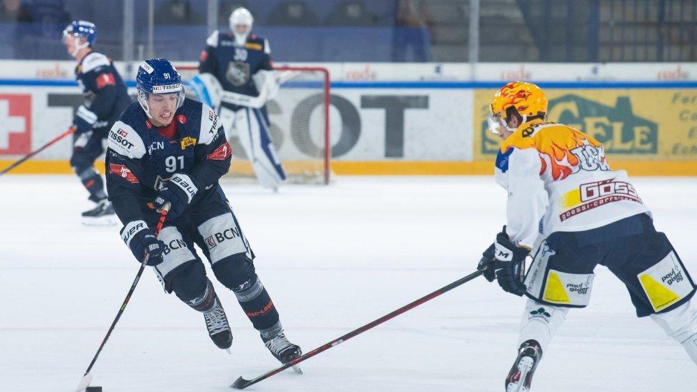 L'attaquant du HCC d'origine lettone Toms Andersons, face au top-scorer de Zoug Academy.