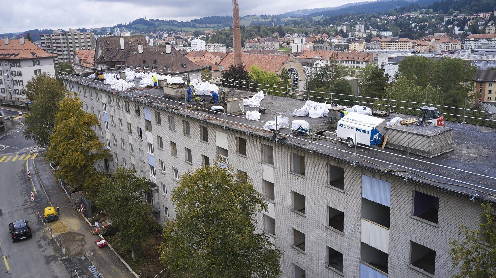 Près de la moitié des fenêtres et du toit des immeubles de Bois-Noir a déjà été enlevée.