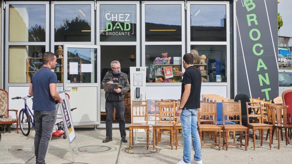 La devanture de la brocante Chez DAD, située au centre du village de Boudevilliers.