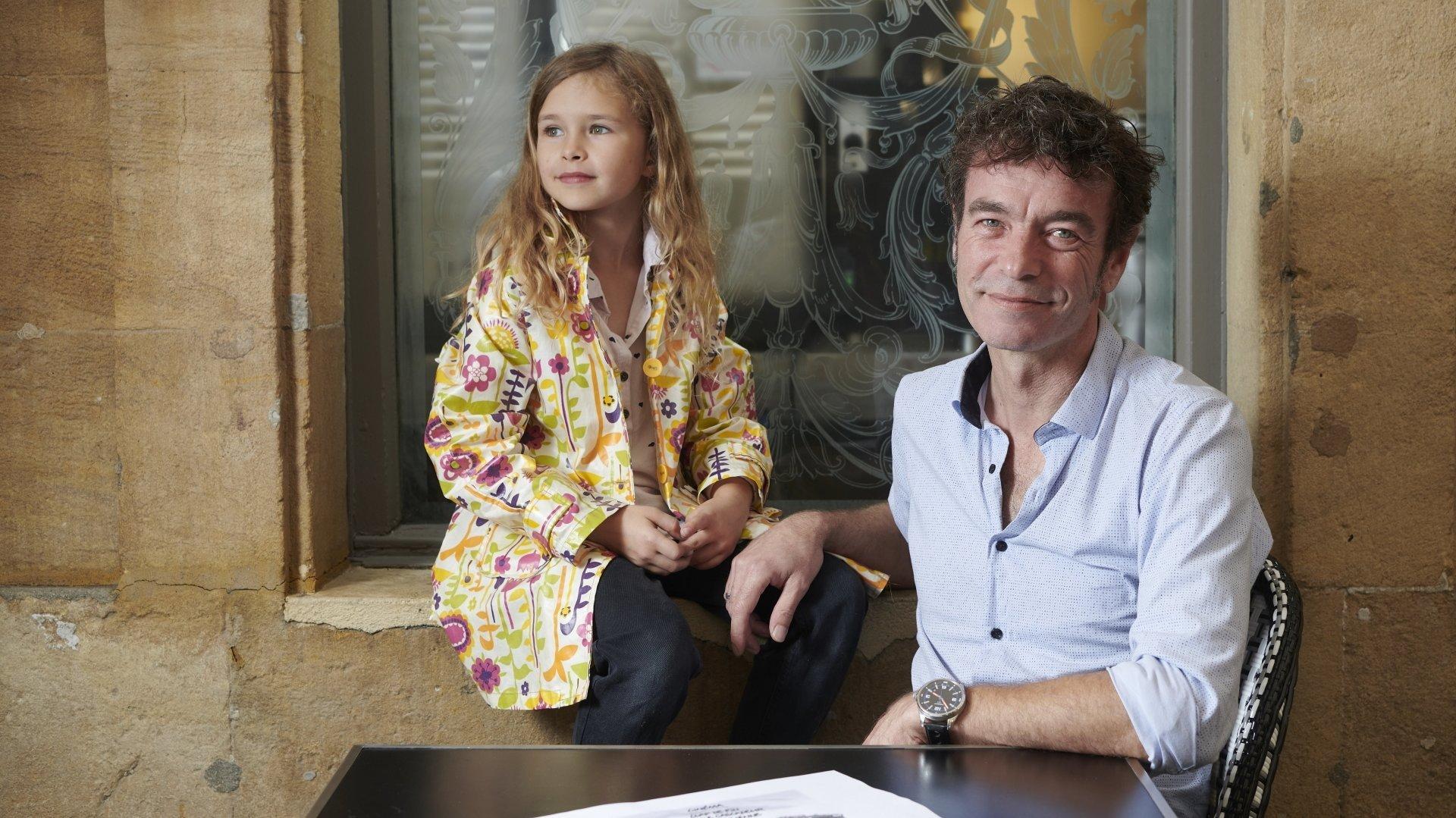 Vincent L'Epée avec sa fille Ondine et le dessin consacré à Rémy Julienne et envoyé à Belmondo.