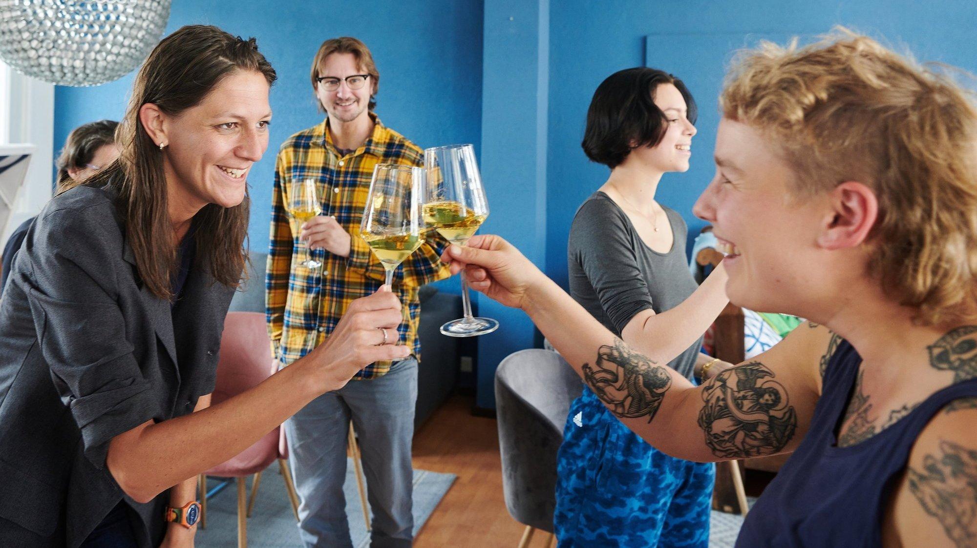 C'est oui au mariage pour tous: au local de Togayther, l'association LGBT du canton de Neuchâtel, on trinque à la victoire.