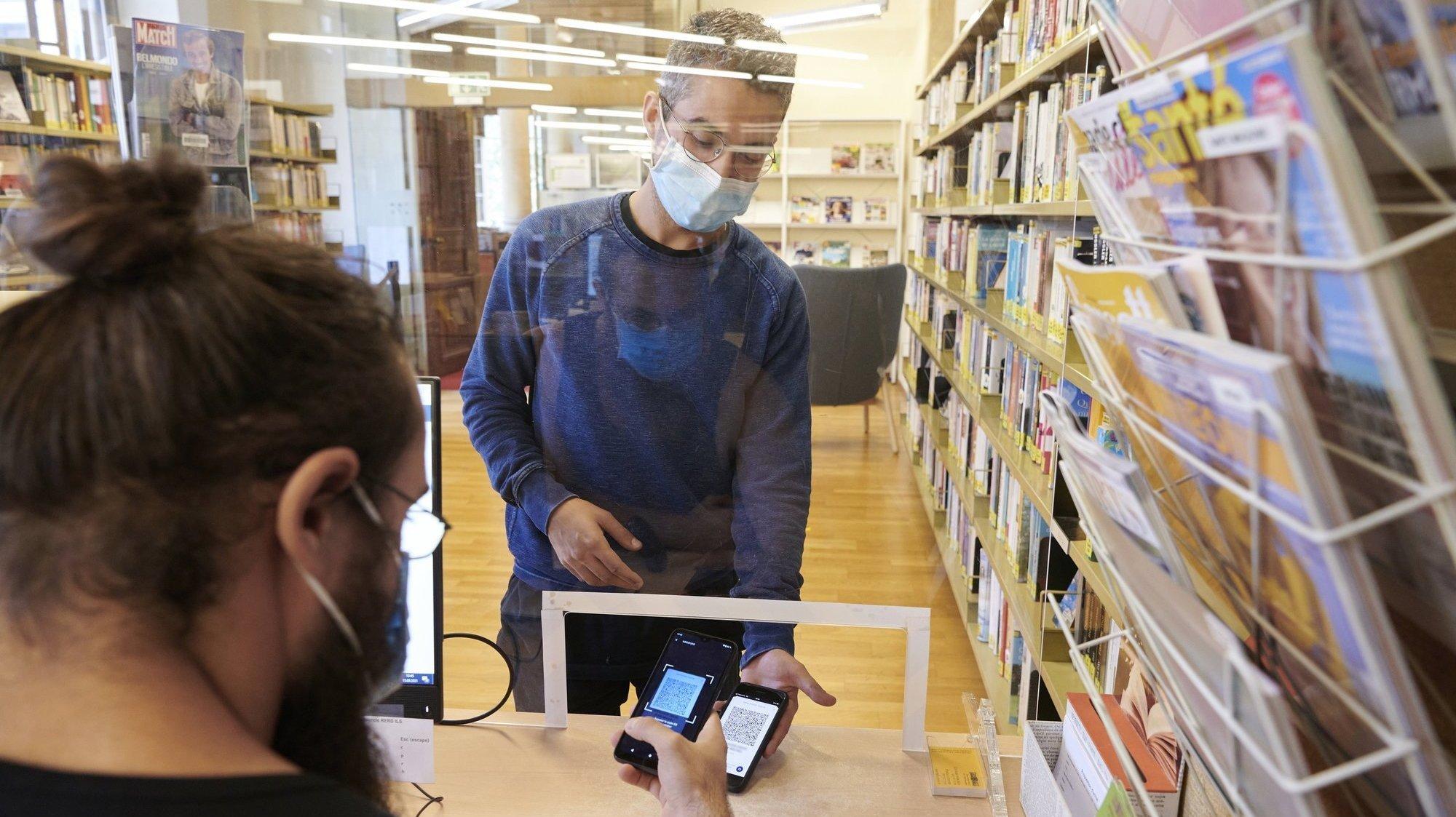 Contrôle du pass sanitaire et de l'identité à la Bibliothèque publique et universitaire de Neuchâtel.