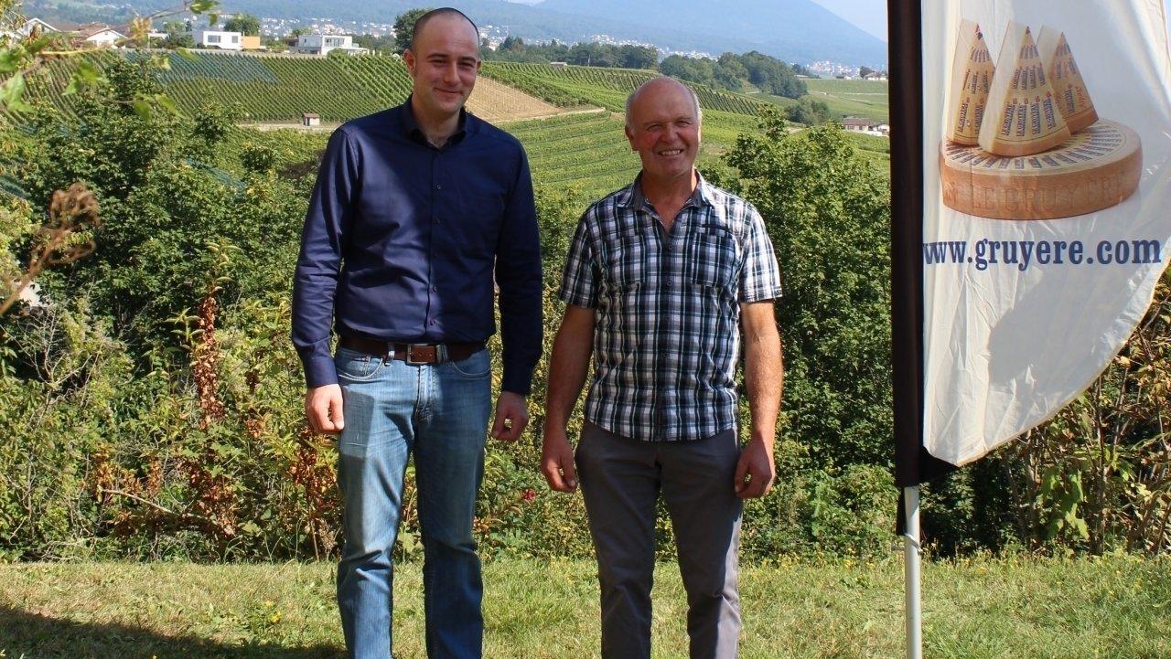 Le meilleur gruyère du canton est celui d'Adrien Pagnier, des Bayards (à gauche). A ses côtés, Jean-Pierre Gfeller, président des producteurs du lait du Haut-Vallon.