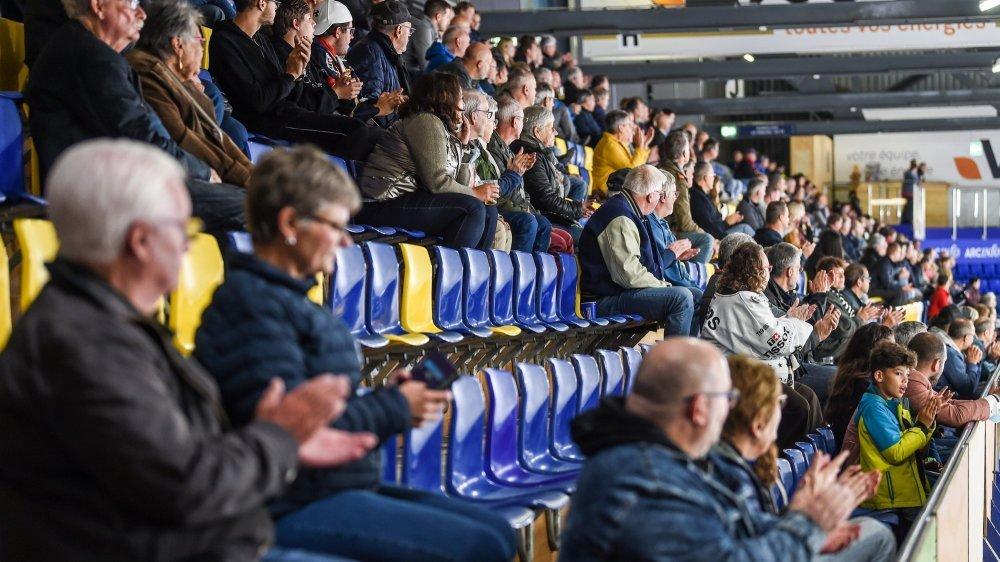 Il y a moins de spectateurs que prévu aux Mélèzes, comme dans les autres patinoires de ligue nationale.