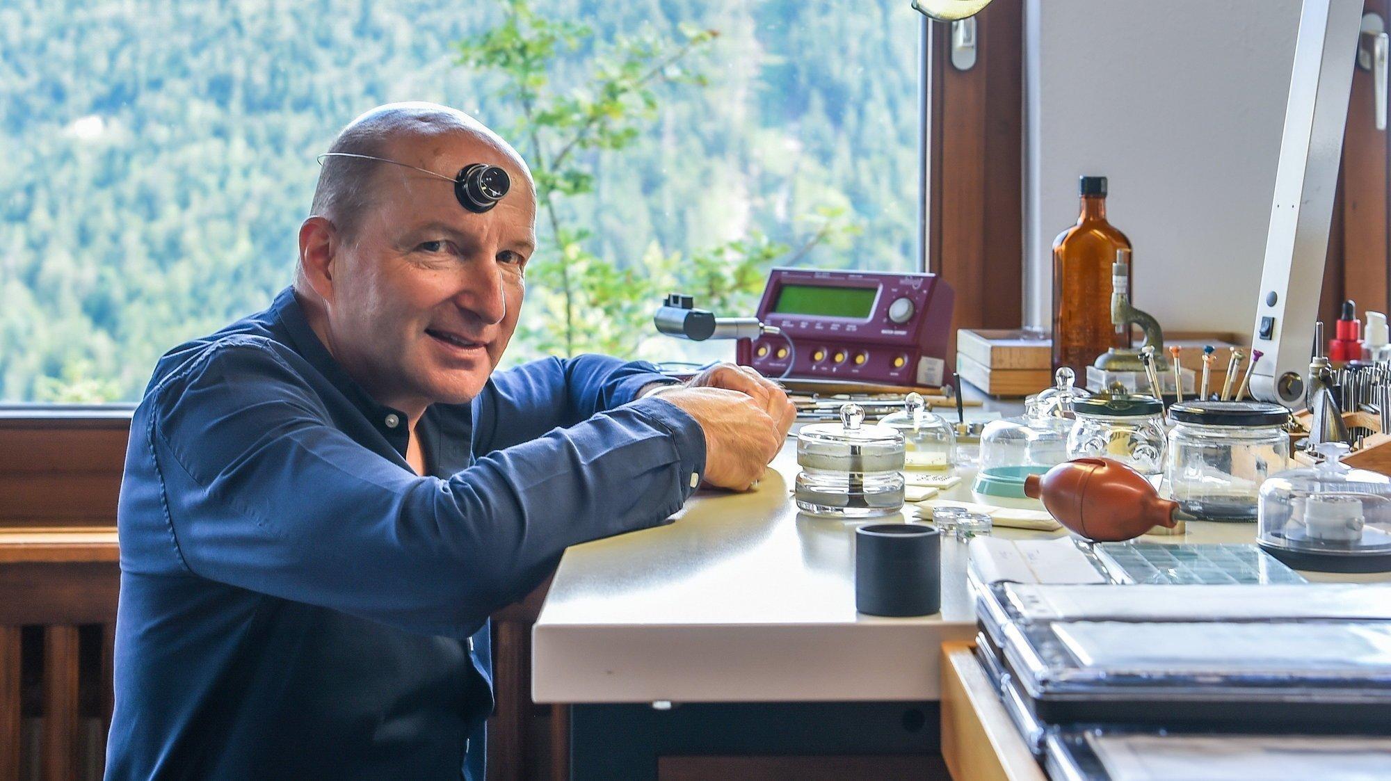 A son établi, Kari Voutilainen façonne actuellement les aiguilles de ses montres au milieu de ses employés.