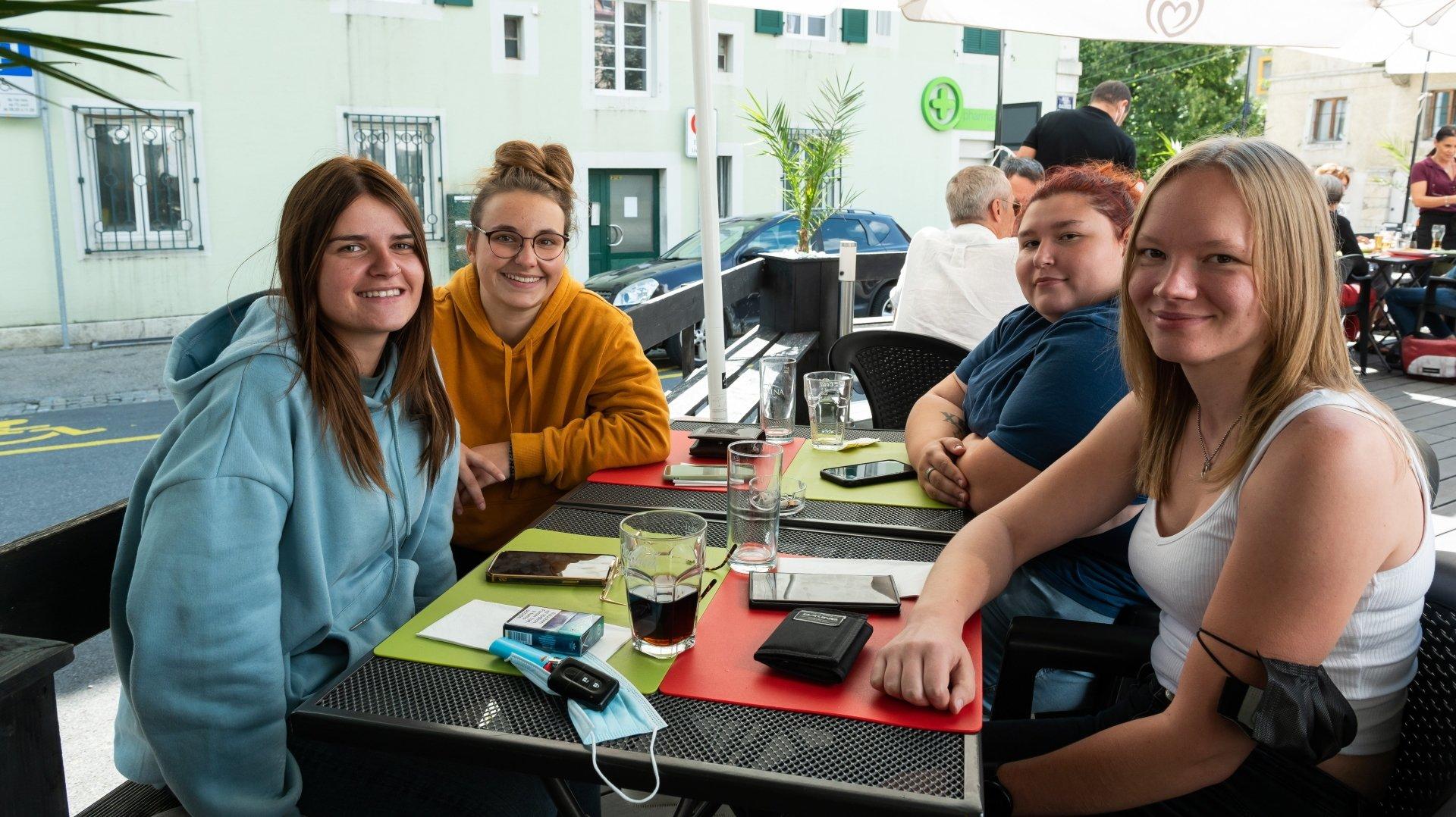 Comme l'une d'entre elles ne possédait pas le certificat Covid-19, Noémie Dubois, Aurore Jaquet, Victoria Minerba et Coralie Amez-Droz se sont assises en terrasse ce lundi 13 septembre.