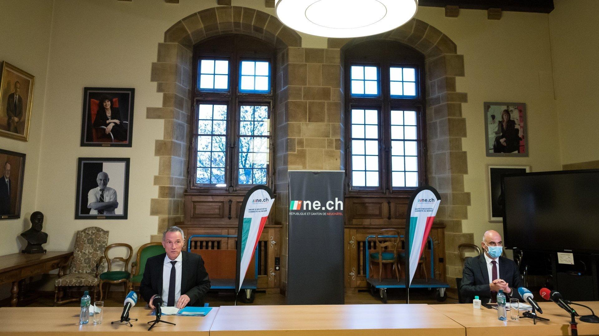 Sur le certificat Covid, Laurent Kurth, à gauche, est d'accord avec Alain Berset (ici lors d'une visite à Neuchâtel en décembre 2020).