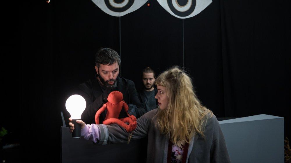 """Elsa Anzules, Léo Vuille et Yannick Merlin (de droite à gauche) en répétition de la pièce """"A la recherche de l'Oiseau bleu"""", à La Poudrière."""