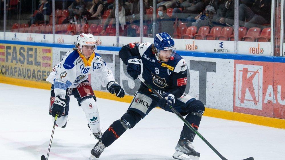 Le capitaine chaux-de-fonnier Mathias Trettenes (en bleu, face au Zougois Damian Gehringer) était dans un bon soir.