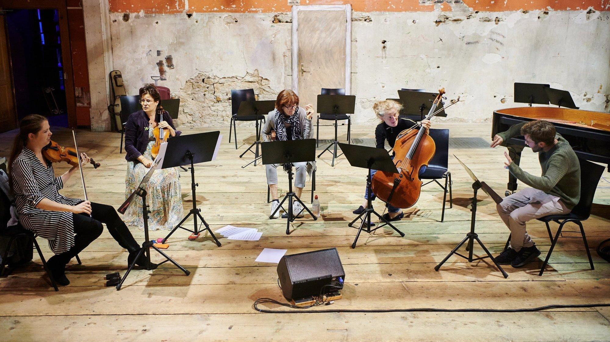 La section de cordes du NEC en répétition au temple Allemand avec son directeur musical Antoine Françoise (à droite).