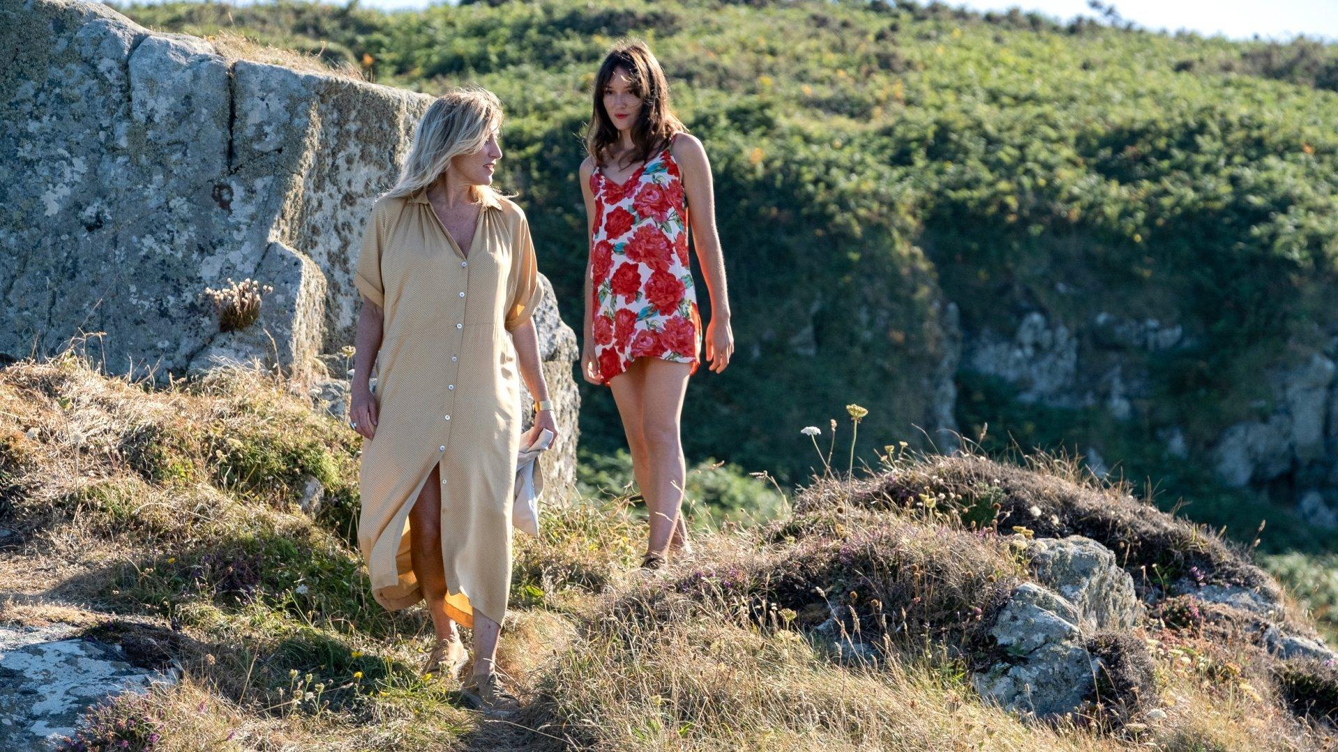 La jeune Anaïs (Anaïs Demoustier) est attirée par Emilie (Valeria Bruni Tedeschi), une romancière charismatique…