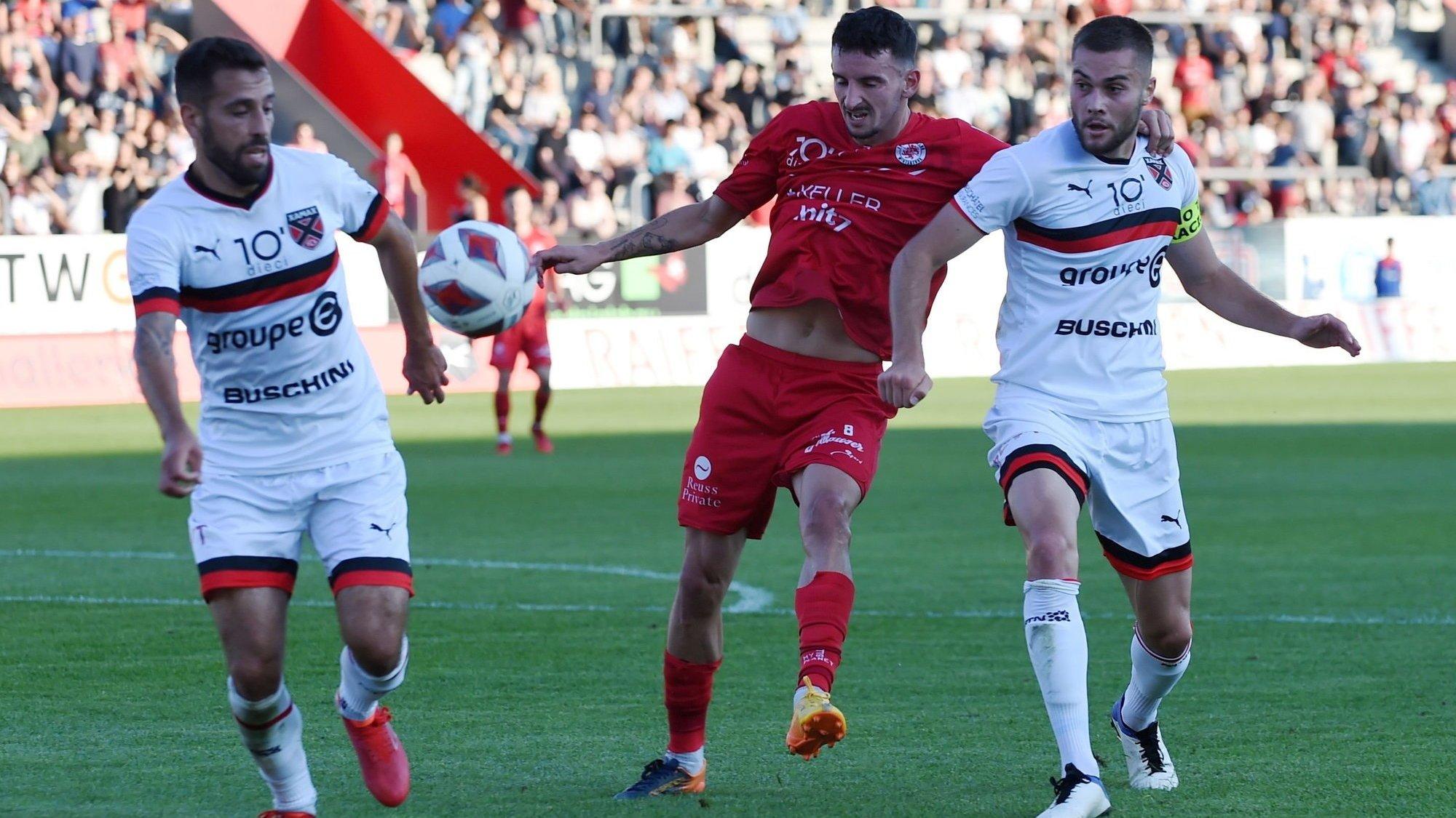 Bien qu'entouré de Max Veloso (à gauche) et Yoan Epitaux (à droite), l'ancien Xamaxien Samir Ramizi parvient à tirer et à ouvrir le score à la Schützenwiese.