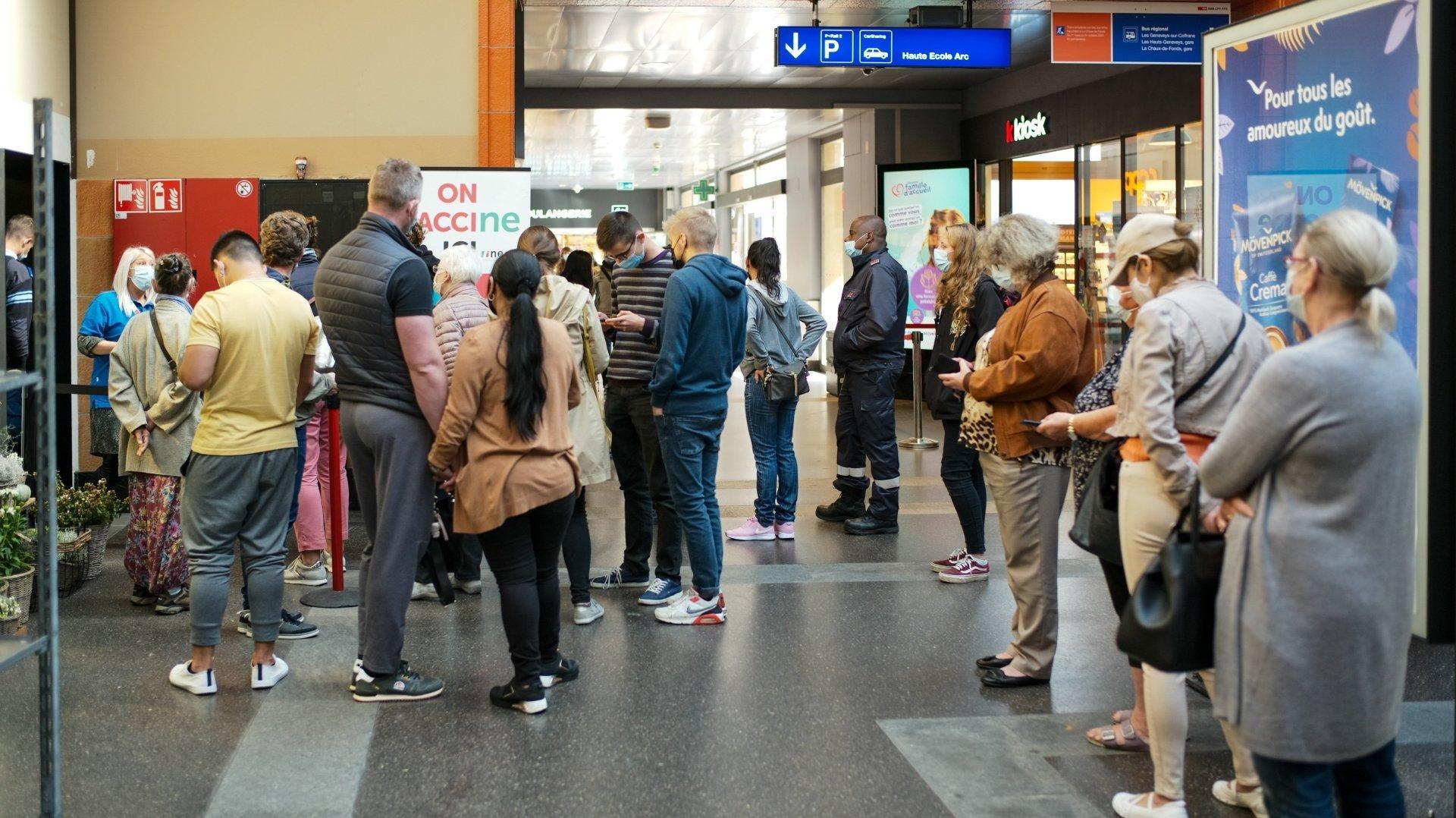 L'attente a parfois été très longue ce jeudi à la gare de Neuchâtel.