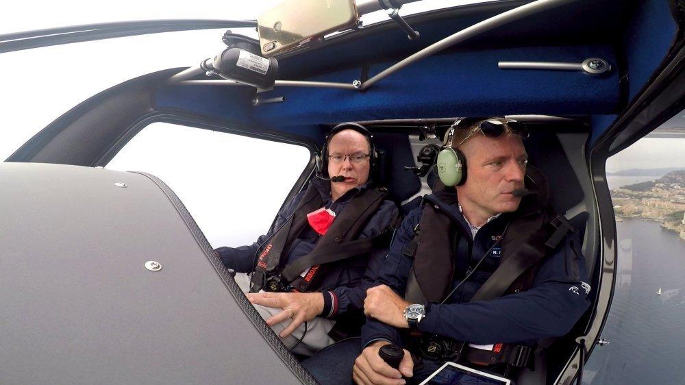 Albert II de Monaco a survolé la principauté monégasque dans un avion électrique piloté par l'éco-explorateur neuchâtelois Raphaël Domjan.